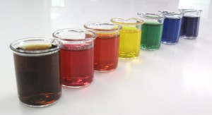 Regenbogen an künstlichen Farbstoffen