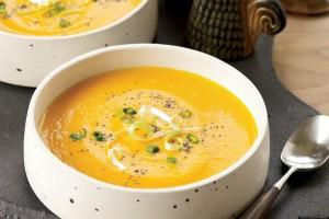 Jetzt, da die Tage kürzer werden, ist es wieder an der Zeit für deftige Suppen, wie diese Karotten-Apfel-Ingwer Suppe