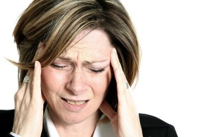 Ein typisches Symptom einer Nebenhöhlenentzündung sind Kopfschmerzen, Augendruck und ein vermehrter Nasenausfluss