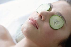 Ein vergleichsmäßig neues Beauty-Geheimnis: Gurken gegen müde Augen
