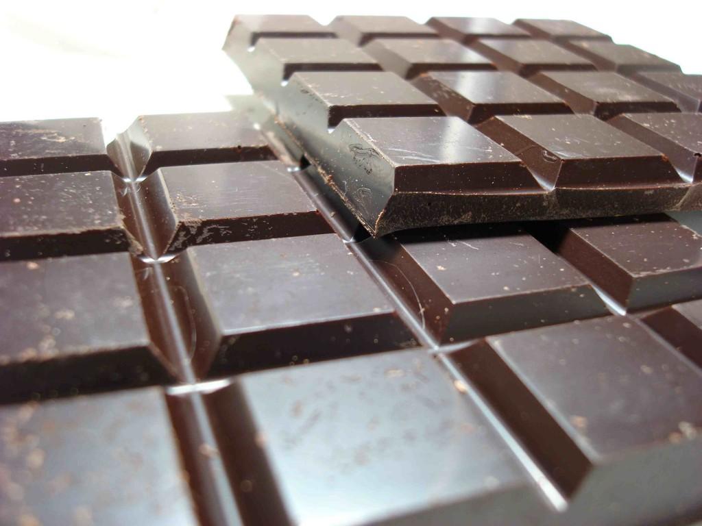 Überrascht? Gerade dunkle Schokolade voller Antioxidantien und Mineralien, was sie sehr beliebt bei Gesundheitsbewussten macht.